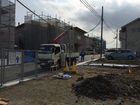 里山住宅博街区工事で西川造園さんが作業している