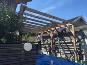 堺市のKW様邸で大工さんがウッドロングエコを塗っている