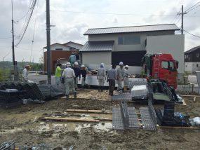 里山住宅博街区工事の現場で6/20にアースワークを搬入しています