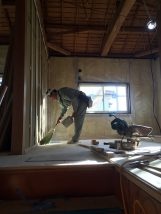 東香里のリノベーション工事。大工さんが掃除しているところ
