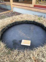 里山住宅博の水盤が凍っています